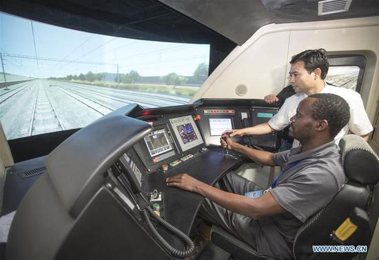 Foreign railway executives visit training base for high-speed railway staff