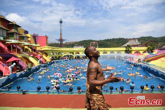 Ethiopian performer gets high-temperature vacation in Chongqing