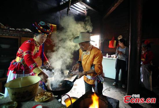 Sichuan cuisine master shares cooking tips with Mosuo family