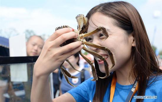 Tourists enjoy mitten crabs on Yangcheng Lake festival